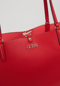 Guess - ALBY TOGGLE TOTE SET - Tote bag - lipstick - 7