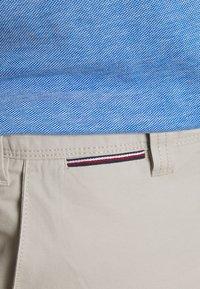 Tommy Hilfiger - JOHN CARGO SHORT LIGHT - Shorts - sand - 4