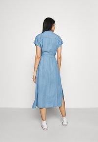 Vero Moda - VMSAGA LONG BELT DRESS - Denimové šaty - light blue denim - 2
