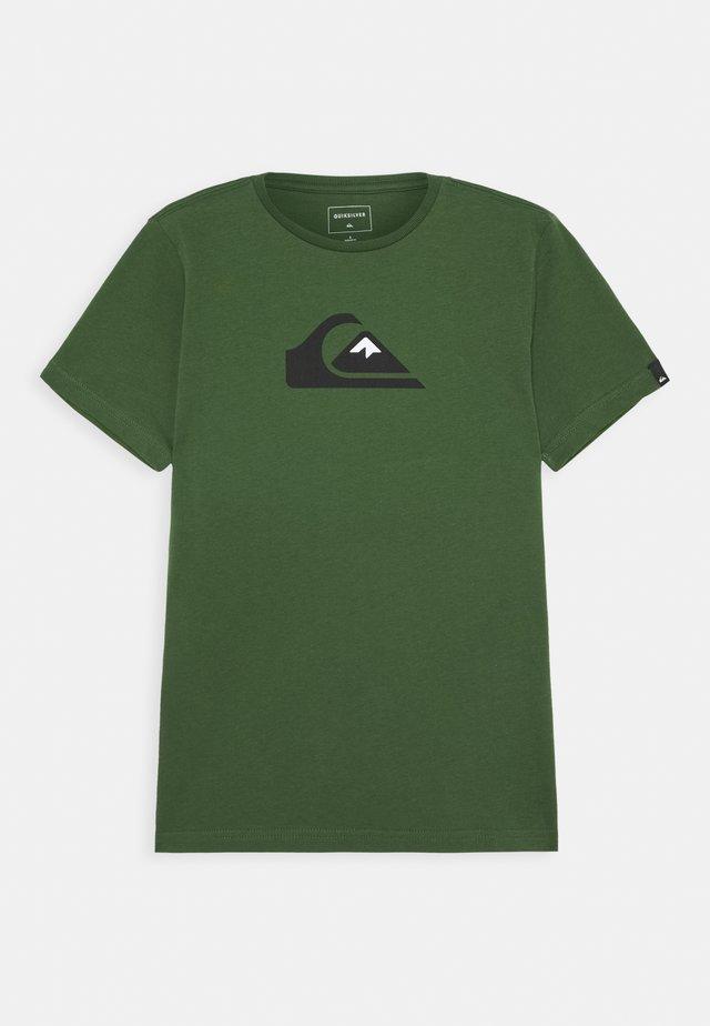 SCREEN TEE - T-shirt med print - greener pastures