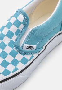 Vans - CLASSIC UNISEX - Tenisky - delphinium blue/true white - 5