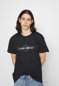 Night Addict - T-shirt med print - black - 2