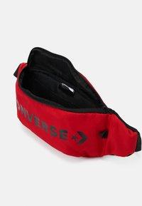 Converse - WORDMARK CROSS BODY UNISEX - Ledvinka - red - 2