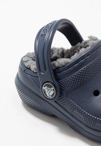 Crocs - CLASSIC LINED - Klapki - navy/charcoal - 2