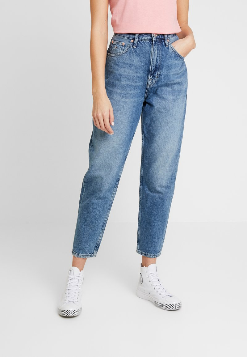 Tommy Jeans - MOM HIGH RISE TAPERED - Relaxed fit jeans - sunday mid