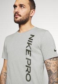 Nike Performance - BURNOUT - T-shirt z nadrukiem - particle grey/black - 3