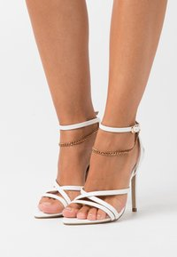 Missguided - MISMATCHING PAIR CHAIN  - Sandały na obcasie - white - 0