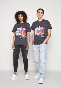Tommy Jeans - ABO TJU X REN AND STIMPY TEE UNISEX - T-Shirt print - blackout - 1