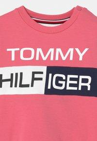 Tommy Hilfiger - BABY COLORBLOCK  - Survêtement - exotic pink - 3
