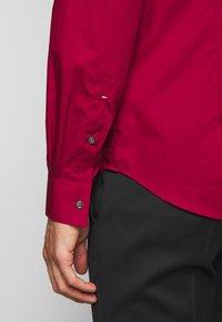 Michael Kors - POPLIN SLIM - Shirt - rumba red - 6