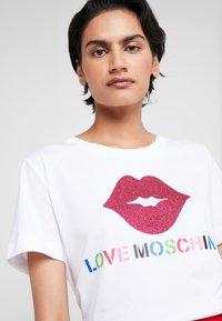 Love Moschino - GLITTER LIP - Print T-shirt - optical white - 4