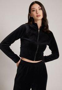 Guess - Zip-up sweatshirt - schwarz - 0