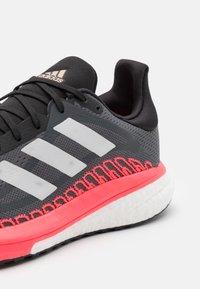 adidas Performance - SOLAR GLIDE ST 3  - Zapatillas de running estables - grey five/crystal white/signal pink - 5