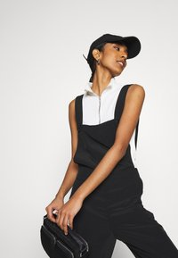 Monki - NESSA DUNGAREE - Salopette - black dark svart - 4
