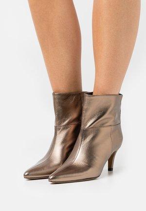 AURAZ - Kotníková obuv - bronze