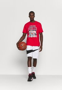 Outerstuff - NBA CHICAGO BULLS SPACE JAM 2 TUNES ON COURT TEE - T-shirt con stampa - red - 1