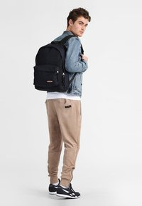 Eastpak - OUT OF OFFICE CORE COLORS  - Ryggsäck - cloud navy - 0