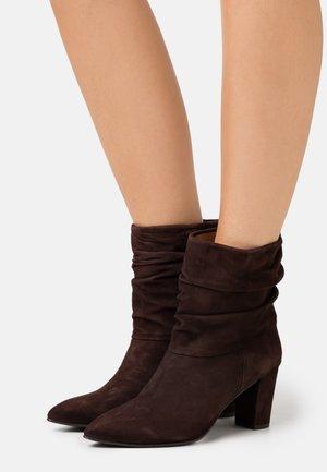 ANDREA - Kotníkové boty - marron