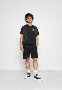 Carhartt WIP - CHASE  - Shorts - dark navy/gold - 1