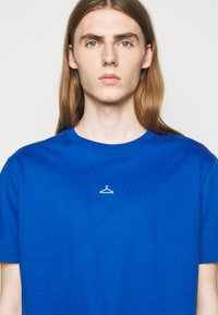 Holzweiler - HANGER TEE - Basic T-shirt - blue - 5