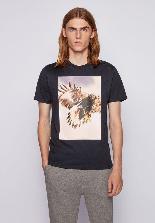TOMIO - T-shirt med print - black