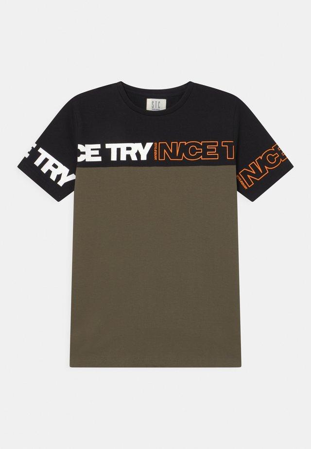 TEENAGER - T-shirt print - black/olive