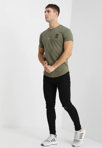 Gym King - LONG LINE CURVE TEE - T-shirt print - burnt olive - 1