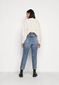 New Look Petite - WAIST ENHANCE MOM HARRY - Relaxed fit jeans - mid blue - 2