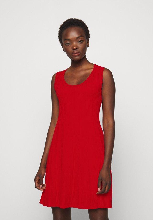 ABITO SENZA MANICHE - Pletené šaty - red