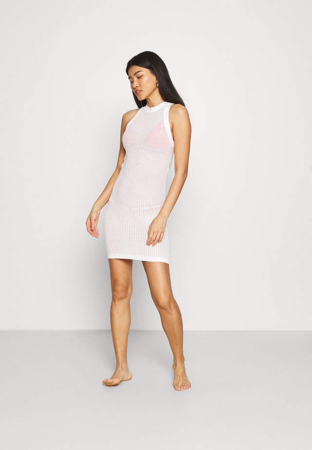 THE CARSON DRESS TECH - Ranta-asusteet - marshmallow