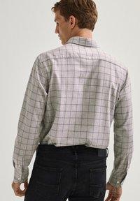 Massimo Dutti - KARIERTES REGULAR-FIT AUS REINER BAUMWOLLE - Shirt - light grey - 1