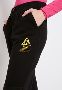 Vans - WM 66 SUPPLY SWEATPANT - Trousers - black - 5