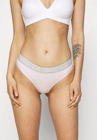 Calvin Klein Underwear - THONG AVERAGE - Stringit - pearly pink - 0