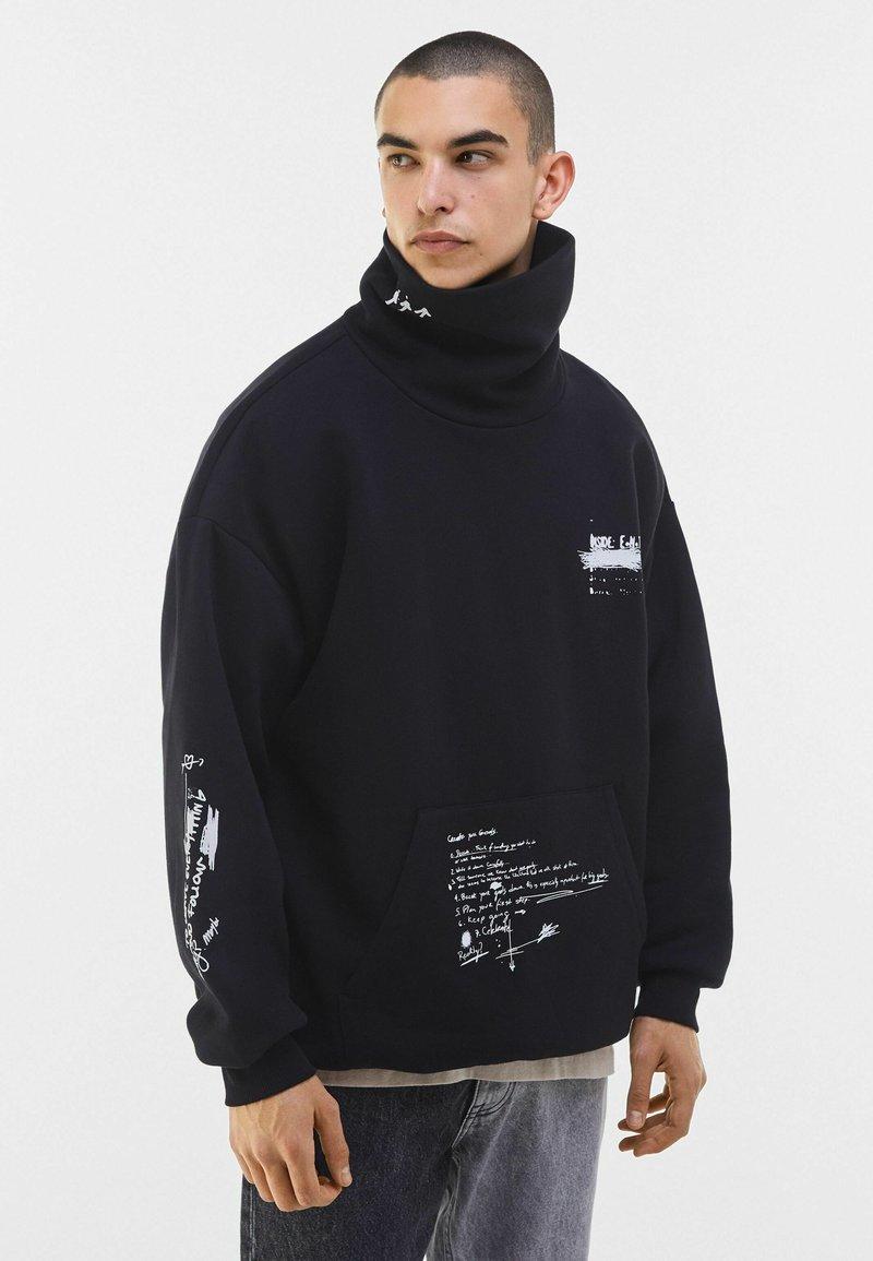 Bershka - MIT ROLLKRAGEN - Sweatshirt - black