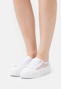 Tommy Hilfiger - GLITTER TRANSPARENT  - Sneakersy niskie - white - 0