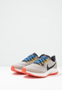 Nike Performance - AIR ZOOM PEGASUS 36 TRAIL - Obuwie do biegania Szlak - pumice/oil grey/pacific blue - 2