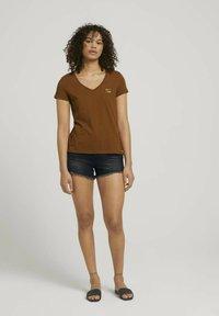 TOM TAILOR DENIM - Print T-shirt - amber brown - 1