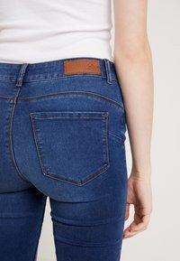 Vero Moda - VMSEVEN SHAPE UP - Jeans Skinny Fit - medium blue denim - 4