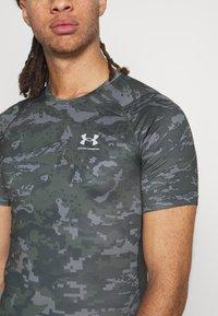 Under Armour - ARMOUR CAMO - Print T-shirt - baroque green - 4