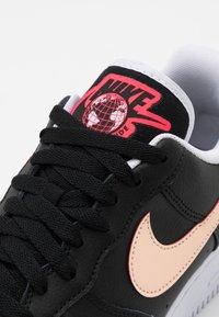 Nike Sportswear - AIR FORCE 1 '07 LV8 WW UNISEX - Trainers - black/flash crimson/white - 5