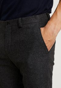 Viggo - ALTA TAPERED - Tygbyxor - charcoal - 4