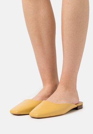 ZOSIA - Matalakantaiset pistokkaat - butter glove