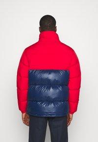 adidas Originals - REGEN PUFF - Gewatteerde jas - scarle conavy - 3