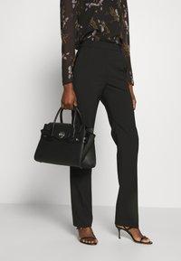 MICHAEL Michael Kors - CARMENLG FLAP BELTED SATCHEL - Handbag - black - 1