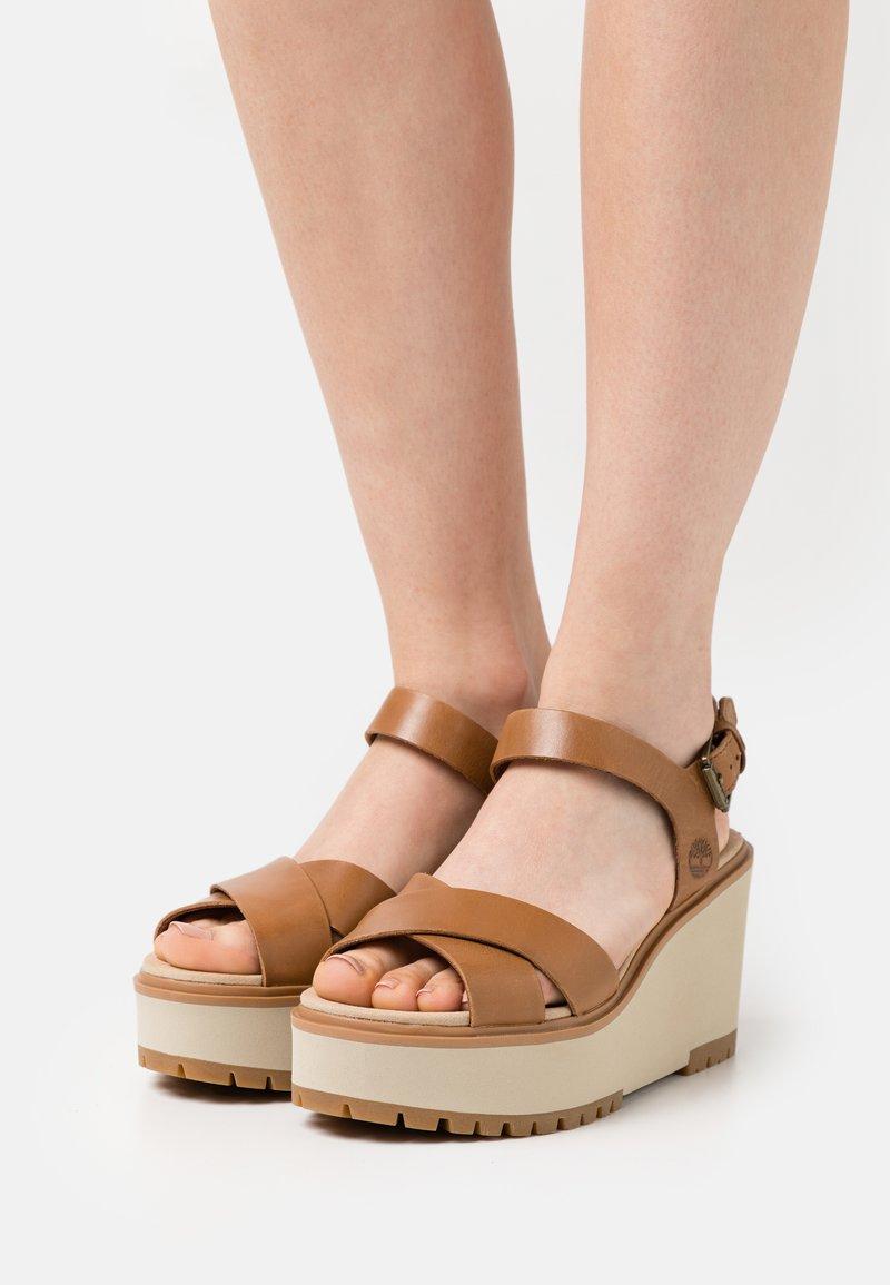 Timberland - KORALYN CROSS STRAP - Sandály na platformě - light brown