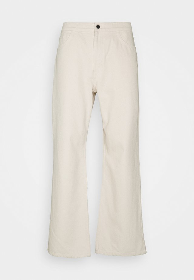 GALLUCKS X NU IN COLLECTION WIDE LEG - Jeans baggy - off white