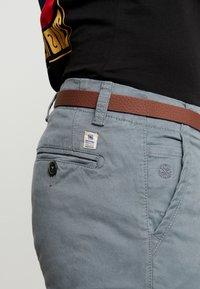 Dstrezzed - PRESLEY PANTS WITH BELT - Chino - grey - 3