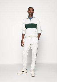 Polo Ralph Lauren - LOOPBACK TERRY PANT ATHLETIC - Pantaloni sportivi - chic cream/college green - 1
