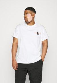 Calvin Klein Jeans Plus - URBAN GRAPHIC - Triko spotiskem - bright white - 0