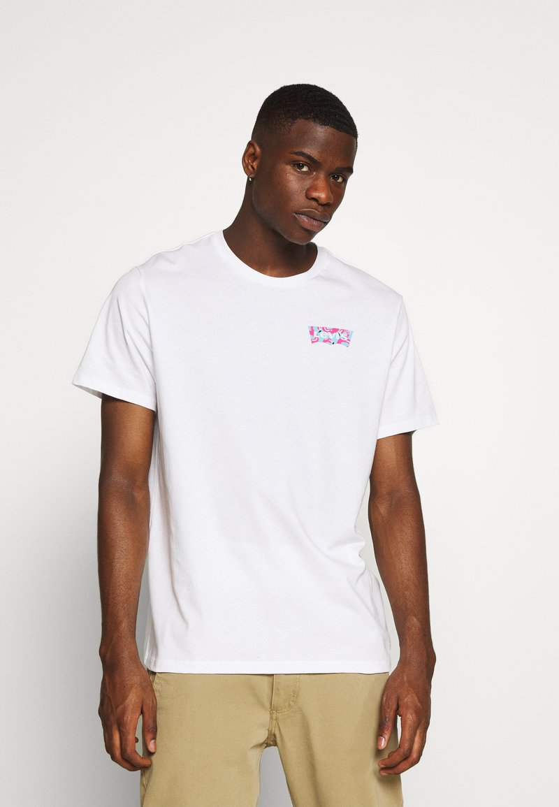 Levi's® - HOUSEMARK GRAPHIC TEE - Print T-shirt - white